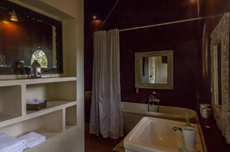 En-Suite Bathroom with Bathtub and Mirror - Villa Galante - Umalas, Bali