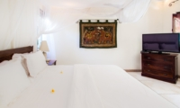 King Size Bed with TV - Villa Gembira Batubelig - Batubelig, Bali