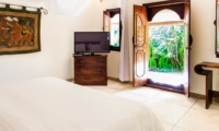 Bedroom with TV - Villa Gembira Batubelig - Batubelig, Bali