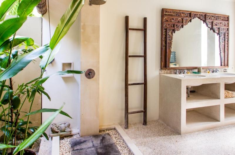 His and Hers Bathroom - Villa Gembira Batubelig - Batubelig, Bali