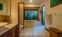 En-Suite Bathroom with Bathtub - Villa Ginger - Seminyak, Bali