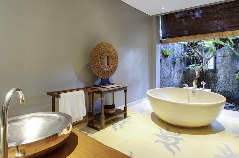 En-Suite Bathroom with Bathtub - Villa Hansa - Canggu, Bali