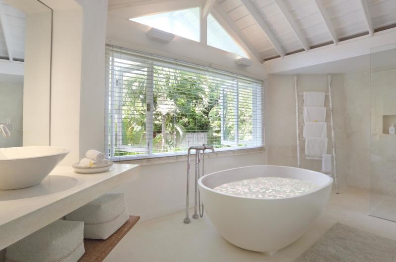 En-Suite Bathtub with Petals - Villa Hermosa - Seminyak, Bali