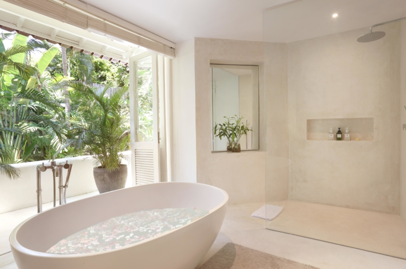 En-Suite Bathroom with Bathtub - Villa Hermosa - Seminyak, Bali