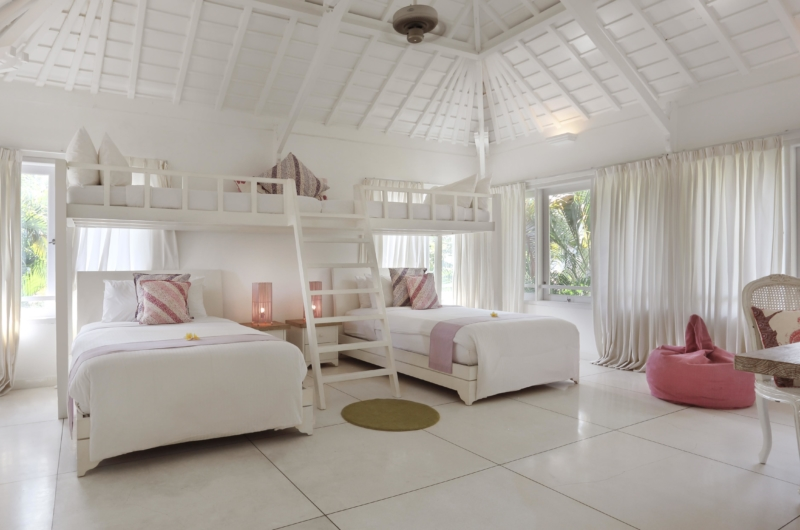 Twin Bedroom with Bunk Beds and Seating Area - Villa Hermosa - Seminyak, Bali