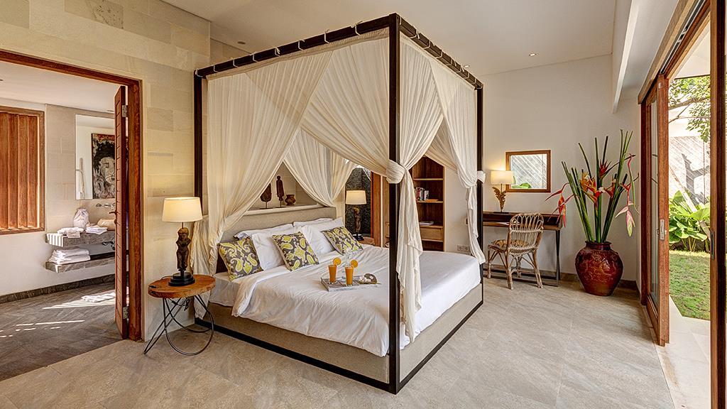 Bedroom and En-Suite Bathroom - Villa Iluh - Seminyak, Bali