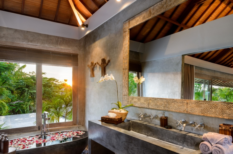 Bathroom with Bathtub ans View - Villa Ipanema - Canggu, Bali