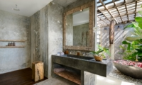 En-Suite Bathroom with Bathtub - Villa Ipanema - Canggu, Bali
