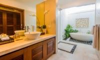 Bathroom with Bathtub - Villa Jaclan - Seminyak, Bali