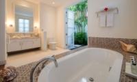 Bathroom with Bathtub - Villa Jajaliluna - Seminyak, Bali