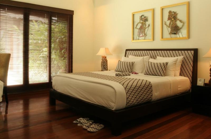 Bedroom with Study Table - Villa Jemma - Seminyak, Bali