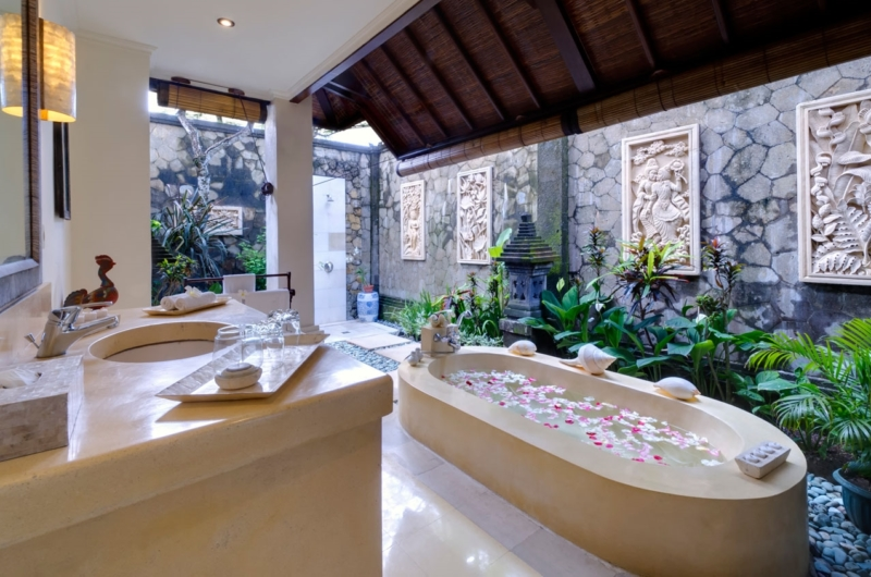 Bathroom with Bathtub - Villa Kakatua - Canggu, Bali