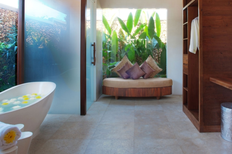 En-Suite Bathroom with Bathtub - Villa Kalimaya Two - Seminyak, Bali