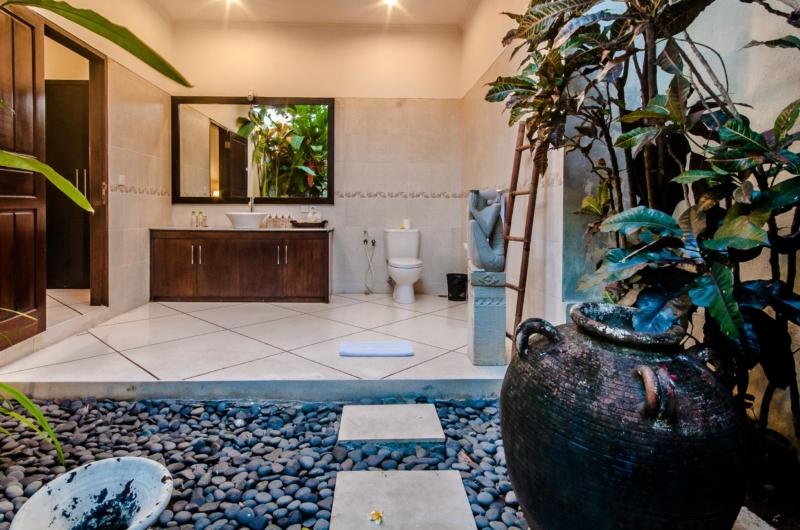 Spacious Bathroom with Mirror - Villa Kebun - Seminyak, Bali