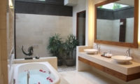 His and Hers Bathroom with Bathtub - Villa Kipi - Batubelig, Bali