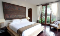 Bedroom with Seating Area and Wooden Floor - Villa Kipi - Batubelig, Bali