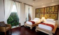 Twin Bedroom with Wooden Floor - Villa Kipi - Batubelig, Bali