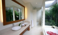En-Suite Bathroom - Villa Kipi - Batubelig, Bali