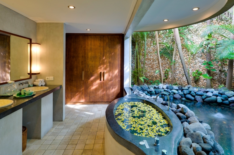 En-Suite Bathroom with Bathtub - Villa Kubu 12 - Seminyak, Bali