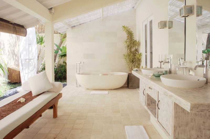 En-Suite Bathroom with Bathtub - Villa Kubu 15 - Seminyak, Bali