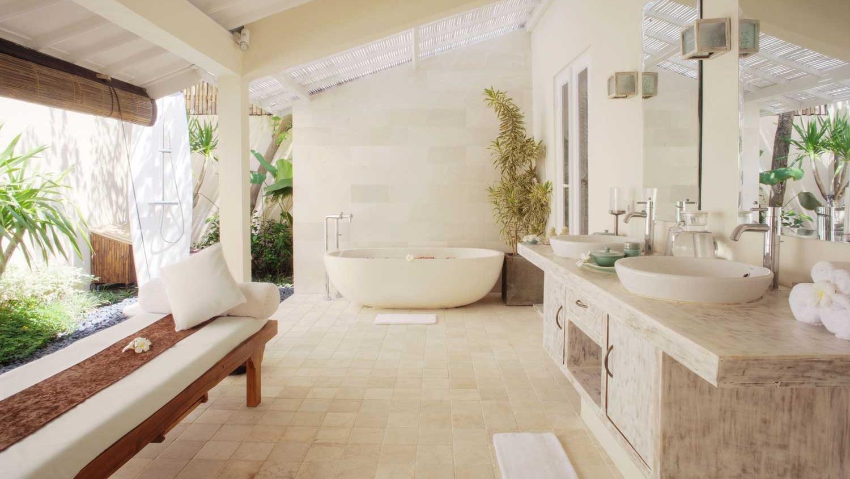 En-Suite His and Hers Bathroom with Bathtub - Villa Kubu 15 - Seminyak, Bali