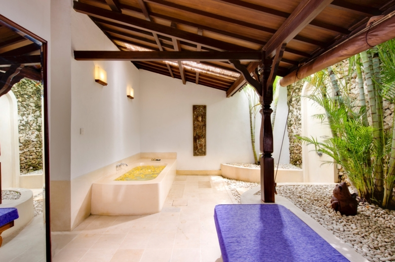 En-Suite Bathroom with Bathtub - Villa Kubu 8 - Seminyak, Bali