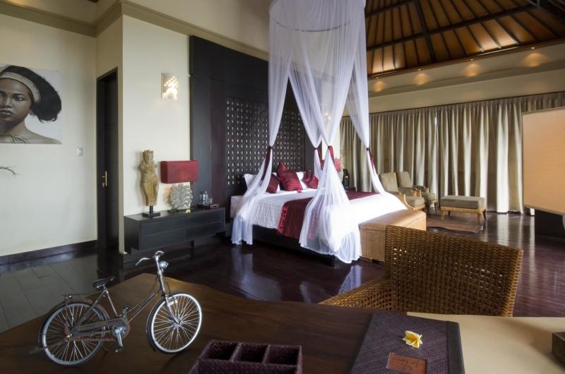 Spacious Bedroom with Wooden Floor - Villa Lega - Seminyak, Bali
