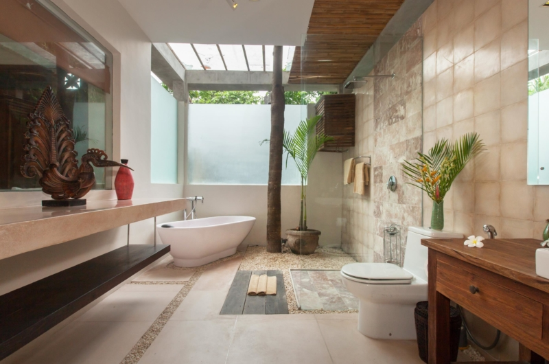 En-Suite Bathroom with Bathtub - Villa Liang - Batubelig, Bali