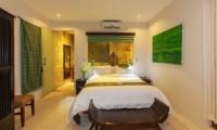 Bedroom and Bathroom - Villa Liang - Batubelig, Bali