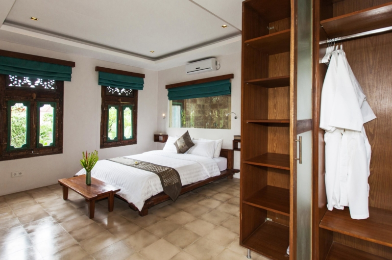 Bedroom with Wardrobe - Villa Liang - Batubelig, Bali