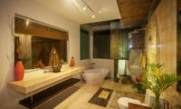 Bathroom with Bathtub at Night - Villa Liang - Batubelig, Bali
