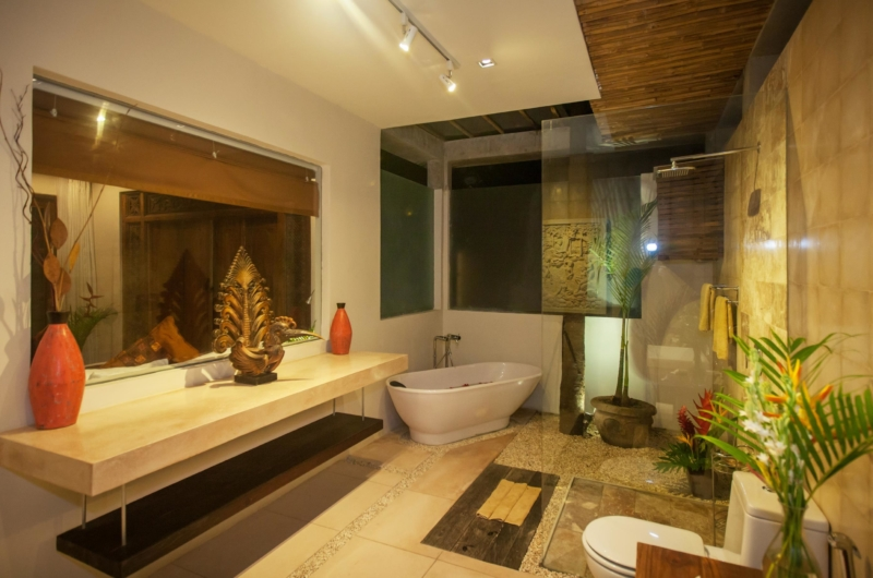 Bathroom with Bathtub at Night - Villa Liang - Batubelig, Bali
