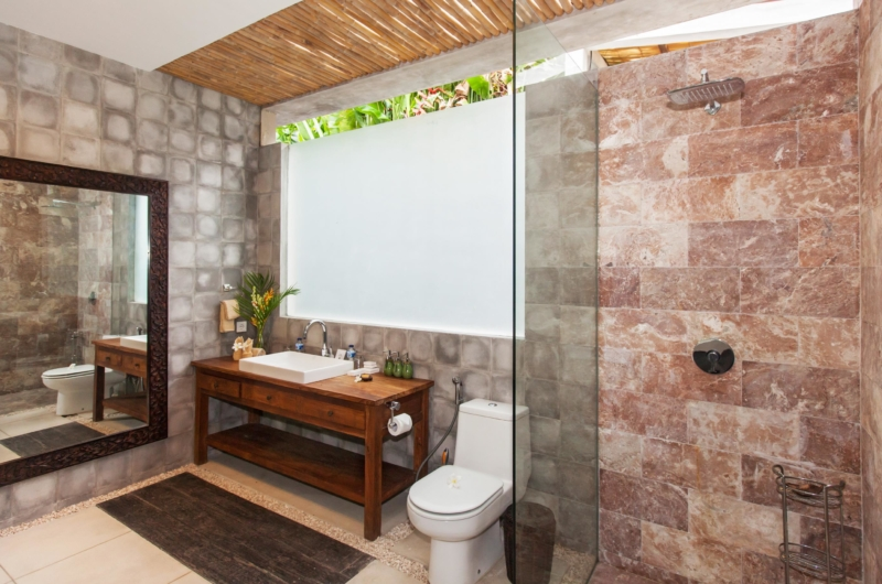 Bathroom with Shower - Villa Liang - Batubelig, Bali