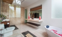 Romantic Bathtub Set Up - Villa Liang - Batubelig, Bali