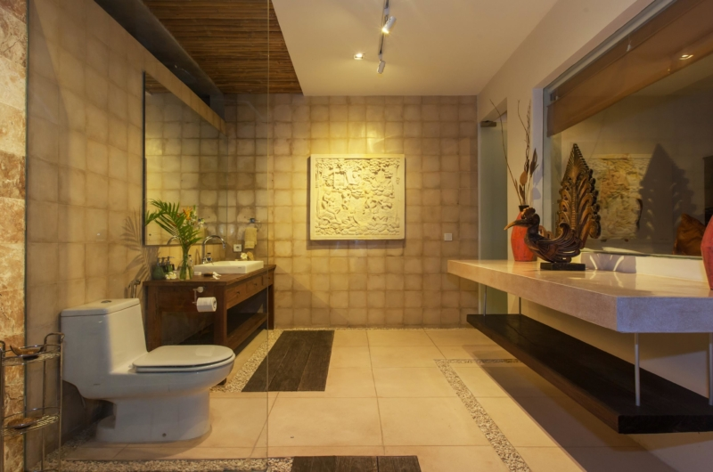 Bathroom with Mirror at Night - Villa Liang - Batubelig, Bali