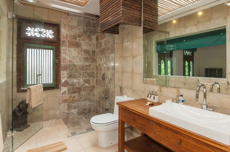 Bathroom with Mirror and Shower - Villa Liang - Batubelig, Bali