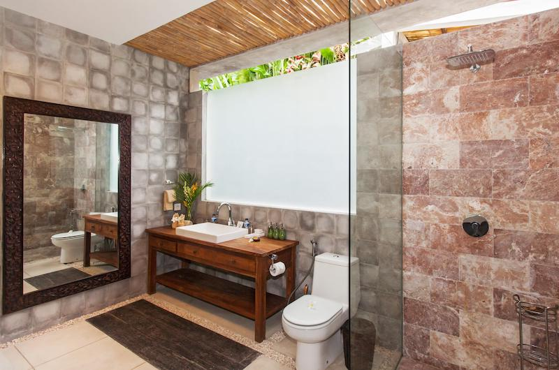 En-Suite Bathroom with Mirror - Villa Liang - Batubelig, Bali