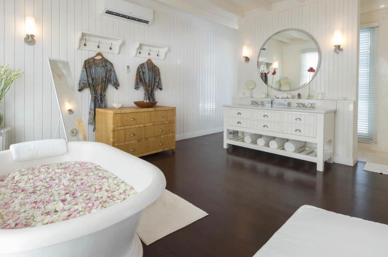 Bathtub with Petals - Villa Lulito - Seminyak, Bali