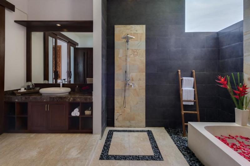 Bathtub with Rose Petals - Villa Luwih - Canggu, Bali