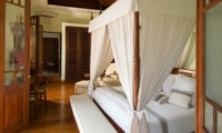 Bedroom with Wooden Floor - Villa Mako - Canggu, Bali