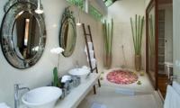 En-Suite Bathroom with Bathtub - Villa Mako - Canggu, Bali