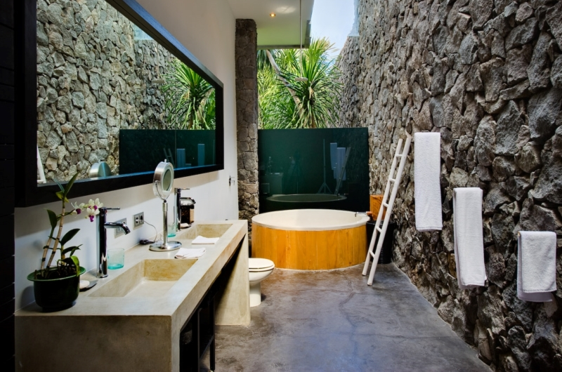 En-Suite Bathroom with Bathtub - Villa Mana - Canggu, Bali