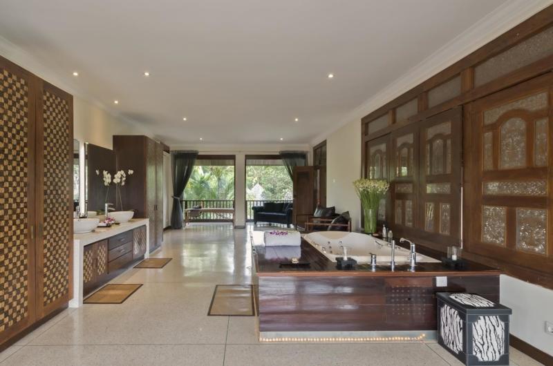 En-Suite His and Hers Bathroom with Bathtub - Villa Manis - Pererenan, Bali