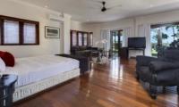 Spacious Bedroom with Wooden Floor - Villa Manis - Pererenan, Bali