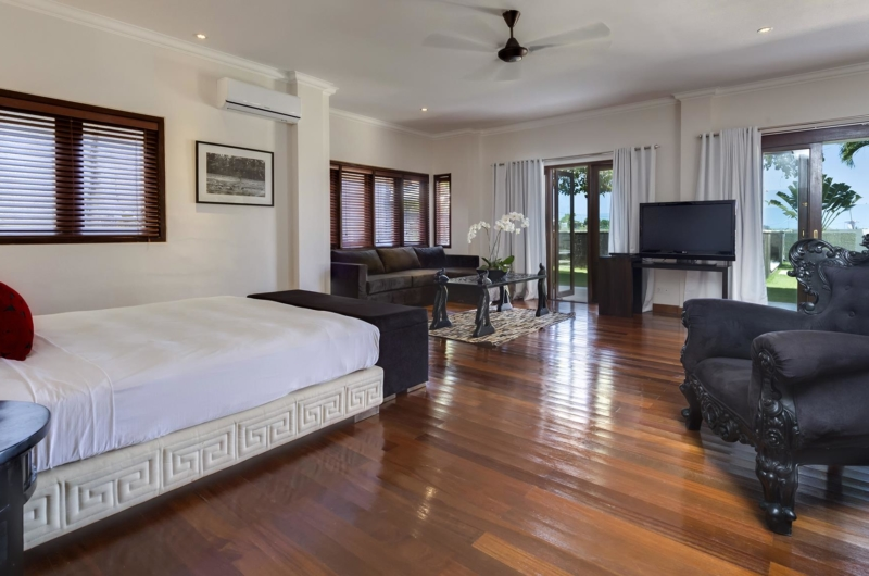 Spacious Bedroom with Wooden Floor - Villa Manis - Pererenan, Bali