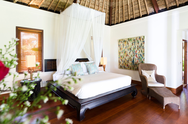 Bedroom with Seating Area and Wooden Floor - Villa Maridadi - Seseh, Bali