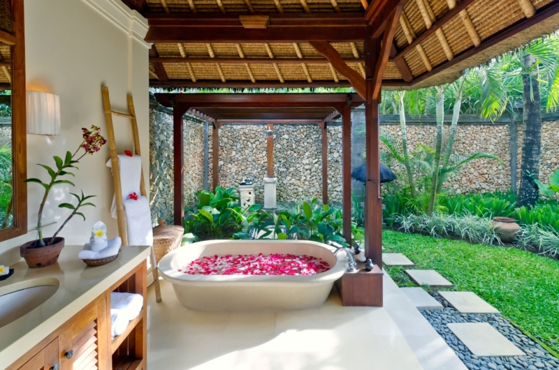 Bathtub with Rose Petals - Villa Maridadi - Seseh, Bali