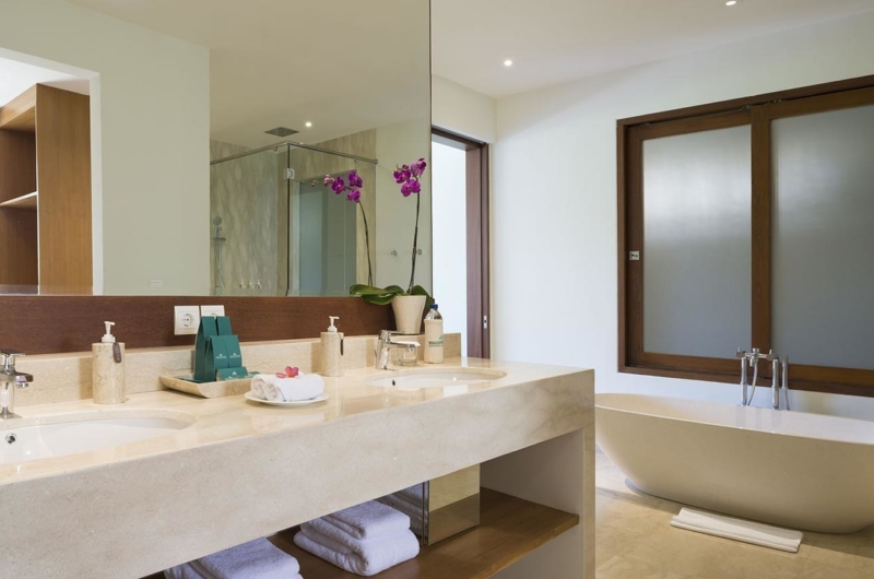 En-Suite Bathroom with Bathtub and Mirror - Villa Markisa - Ungasan, Bali