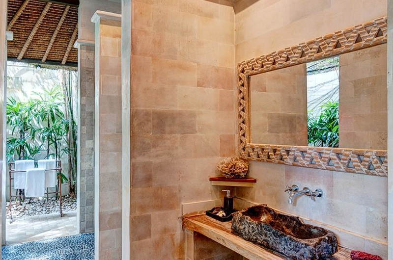 En-Suite Bathroom with Mirror - Villa Massilia - Seminyak, Bali