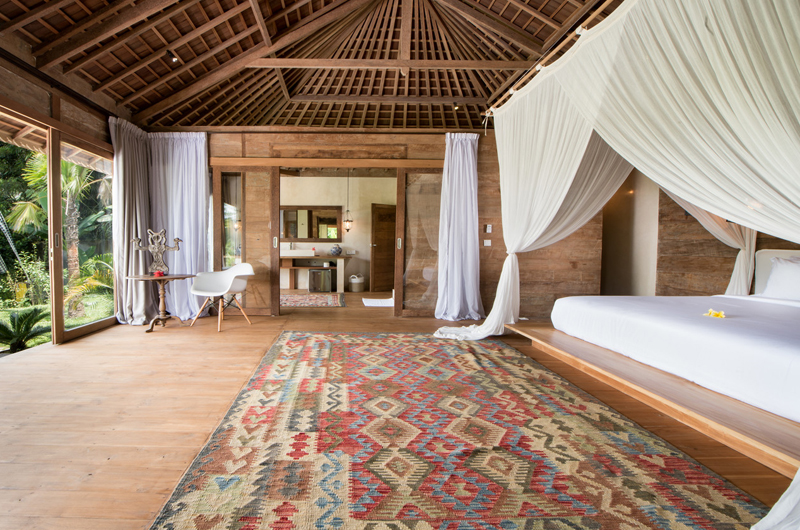 Bedroom with Wooden Floor - Villa Nag Shampa - Ubud Payangan, Bali